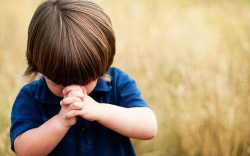 niño rezando una oracion